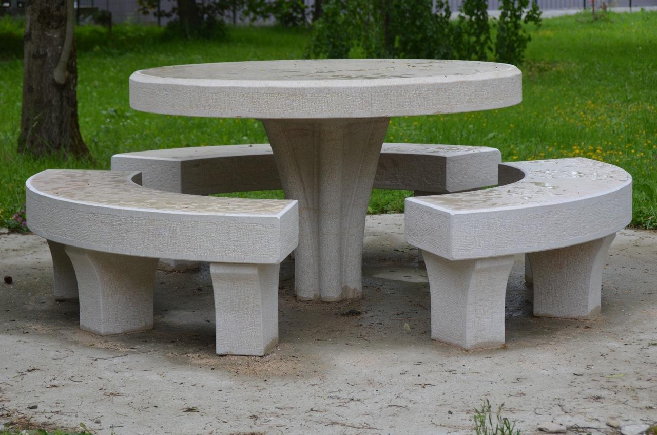 Table et Bancs dans un parc